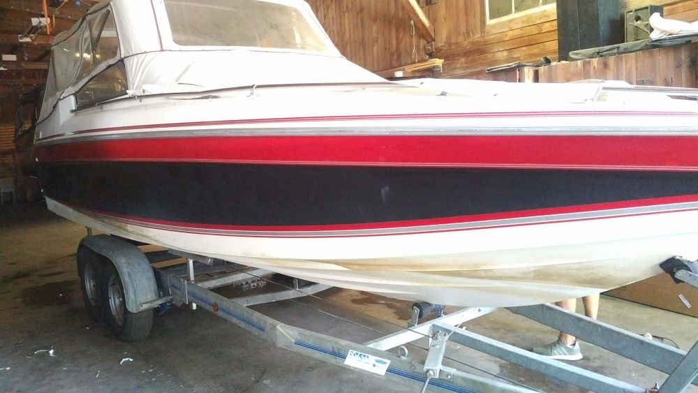 Falcon 235 vor der Bootsfolierung Gloss Black