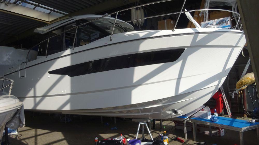 Merry Fischer 895 Steuerbord vor der Bootsfolierung