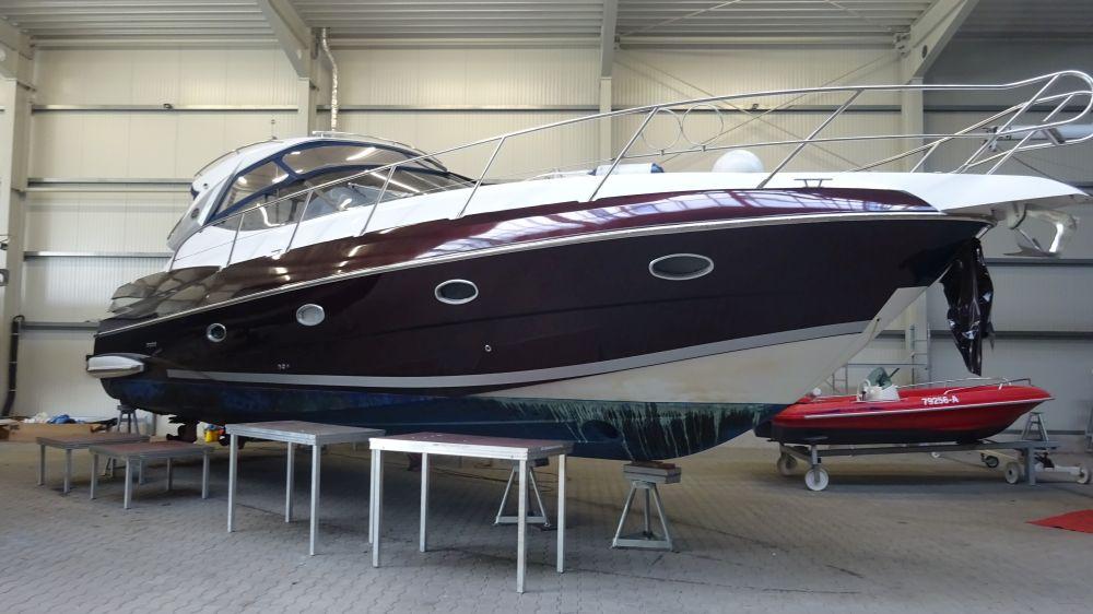 Sessa C42 Yachtfolierung Gloss Black Rose Seitenansicht