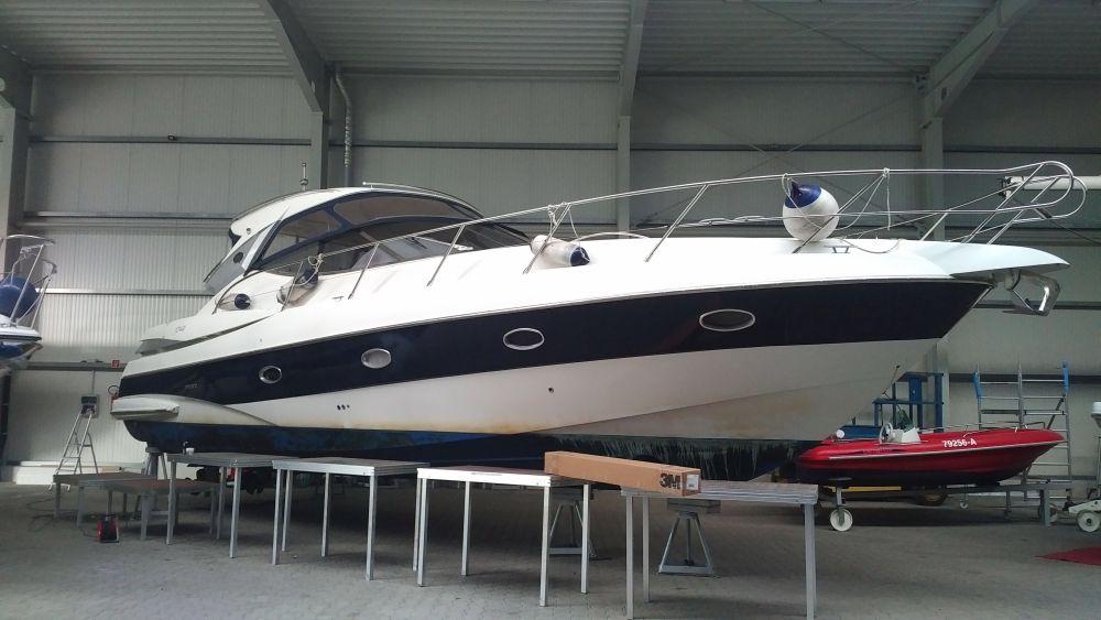 Sessa C42 vor der Yachtfolierung Seitenansicht